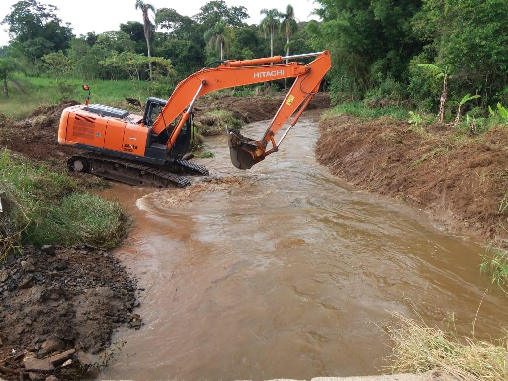 Prefeitura conserta cabeceira de ponte e faz desassoreamento no bairro da Campininha